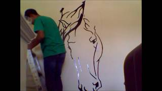 Pintura tribal de un caballo en la pared.