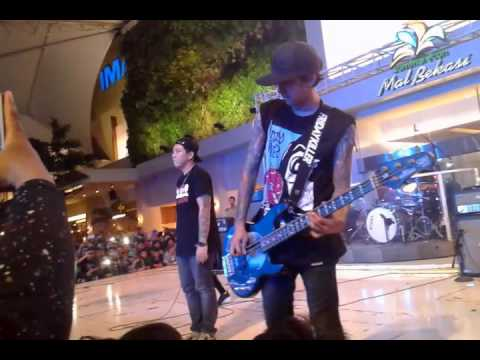 Killing Me Inside Feat Sansan - Fake Live at Summarecon Bekasi Clothing 2015