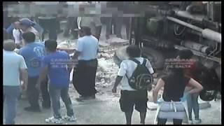 Video: Volcó un camión y lesionó a un motociclista