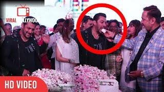 salman khan at mahesh manjrekar and medha manjrekar wedding anniversary cake cutting