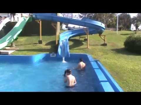 Ni os jugando en el agua toboganes gigantes entre rios for Follando el la piscina