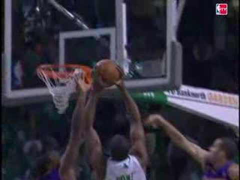 Leon Powe Takes a Wraparound Pass From Rajon Rondo and Hammers it Home