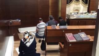مسلمون يؤدون الصلاة داخل كنيس يهودي بمطار بن جوريون .. فيديو
