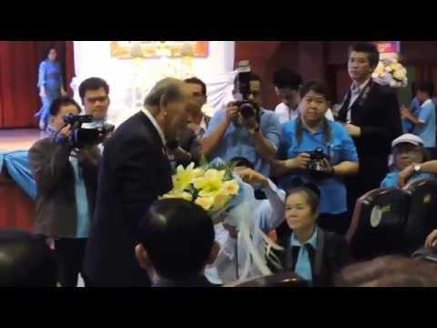 4-08-59 ท่านธานินทร์ กรัยวิเชียร องคมนตรี มอบช่อดอกไม้ให้ ครูสุเทพ วงศ์กำแหง