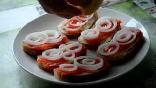 Поливка бутербродов с форелью жидкостью лимона.