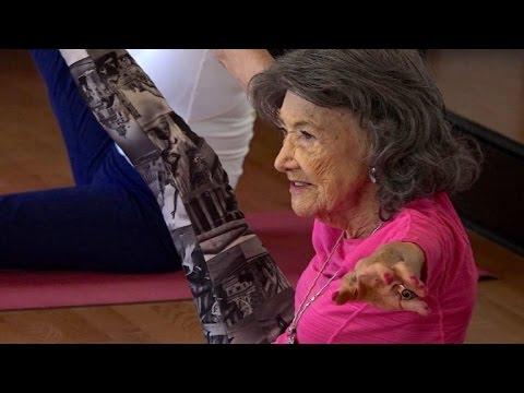 98 Jahrige Yoga Lehrerin Ist Fit Und Frohlich Youtube