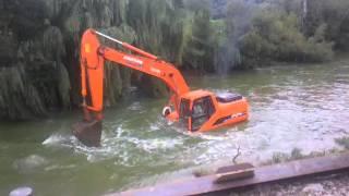 8 实拍挖掘机过河,不敢说最牛,但灰常牛,最后居然杯具了