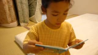 4才のある日。 この頃お気に入りだった、 ふたつのいちごの絵本。 図書...