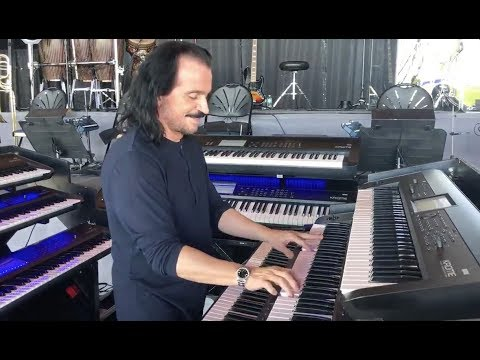 Yanni shows off his keyboards at soundcheck with a surprise!