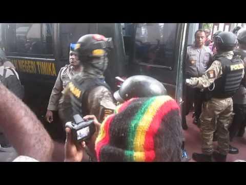 Video dan Foto Sidang Ke 4, Steven Itlay Di Kawal Ketat Oleh Polisi Dan Tentara