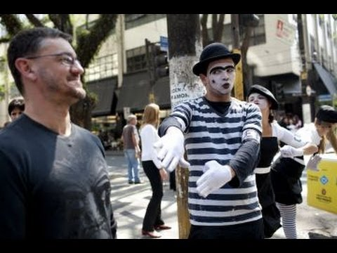 Mimes Direct Traffic In Venezuela