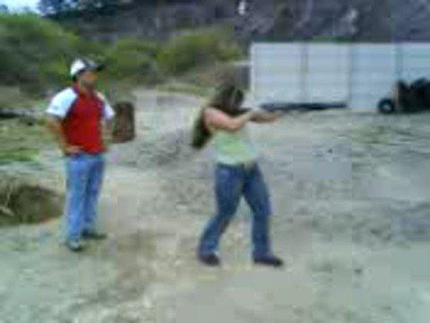 Camila atirando de calibre 12