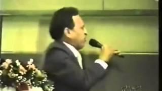 Pastor Napoleão Falcão desce a pau nos obreiros