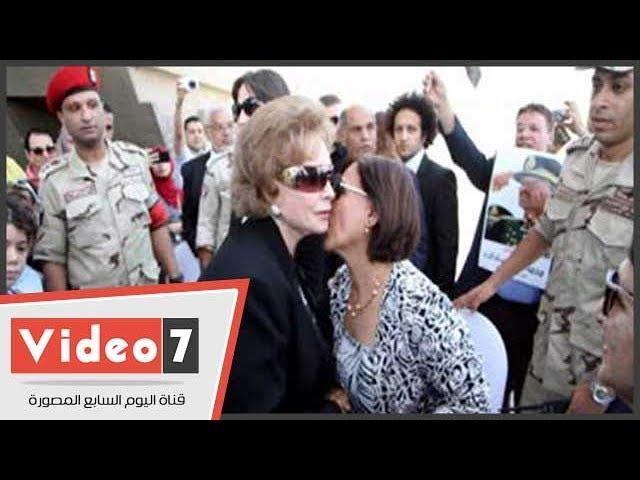 محتفلون بالنصر فى المنصة يلتقطون صورا تذكارية مع جيهان السادات