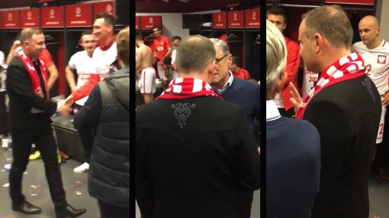 Prezydent Andrzej Duda gratuluje polskiej drużynie po wygranym meczu z Czarnogórą