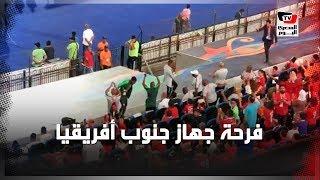 فرحة هستيرية لإداريي وجماهير «جنوب أفريقيا» عقب إحراز هدف الفوز على مصر