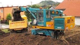 TATRA 815 UDS 114 - nakladanie zeminy(Skopávanie terénu pre výstavbu nového rodinného domu. Pokiaľ sa Vám video páčilo, dajte LIKE. Pokiaľ sa Vám páčia moje videá, potvrďte ODBER., 2013-09-26T15:22:30.000Z)