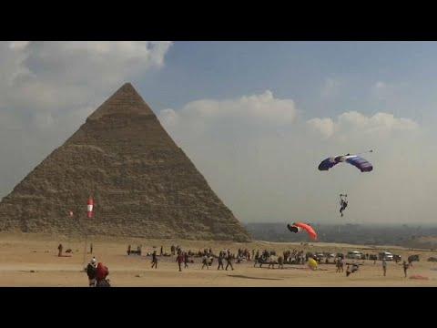 شاهد.. 150 مغامرا من 32 دولة يقفزون بالمظلات فوق الأهرامات  - نشر قبل 2 ساعة