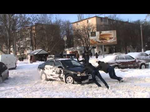 Одесса. Ух- ты! Новая машина застряла из- за сугробов. Odessa.  Car stuck in snow drifts.