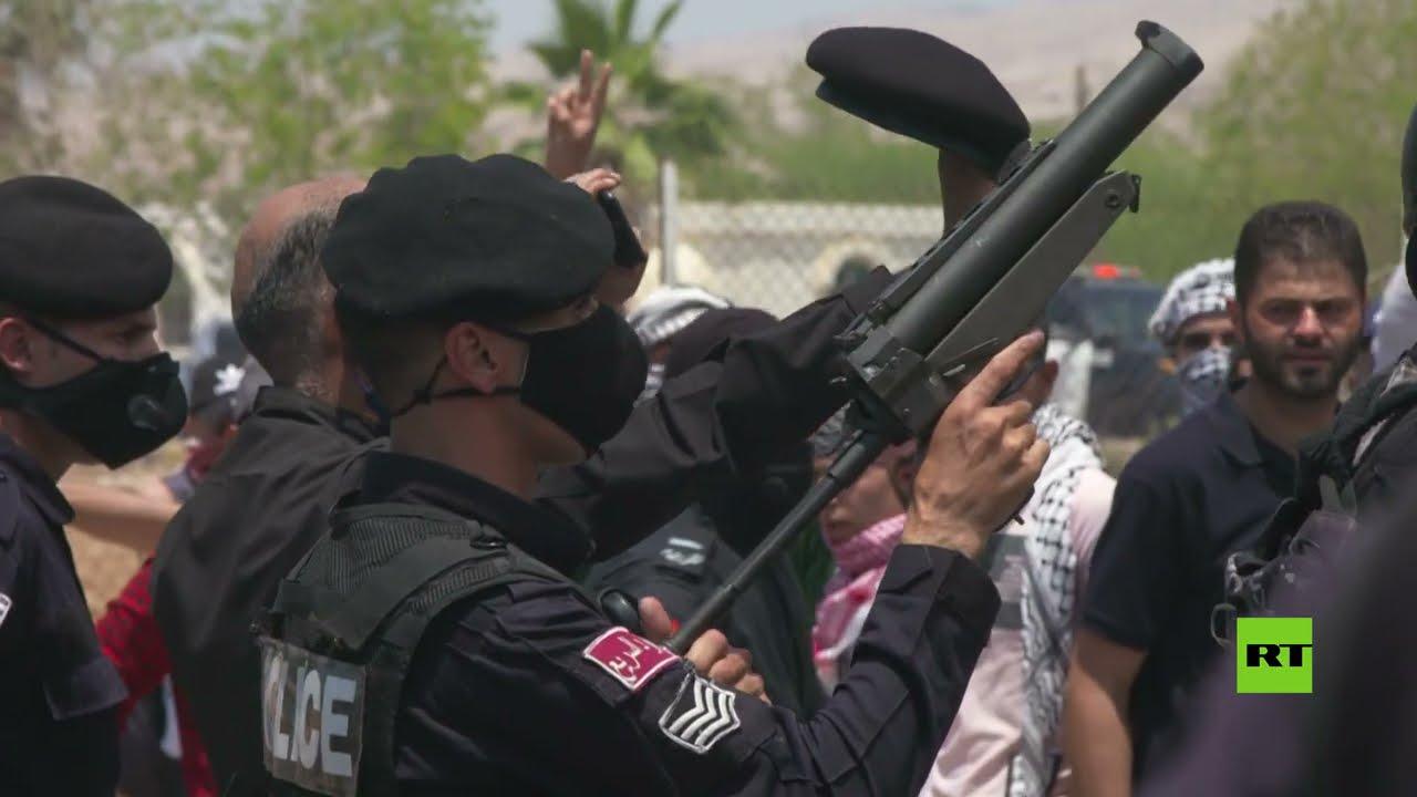 الشرطة الأردنية تفرّق مسيرة حاشدة كانت متجه الى جسر الملك حسين تضامنا مع فلسطين  - نشر قبل 5 ساعة