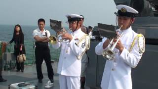護衛艦「とね」艦上で行われた体験航海参加者へのサービス 佐世保音楽隊...
