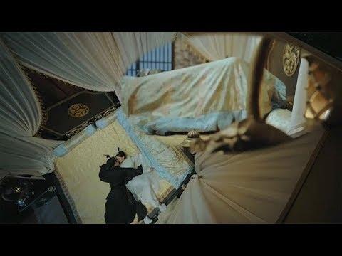 皇帝寒症复发,丫鬟急忙赤身裸体帮皇帝暖身,两人动作太大床咯吱咯吱晃,太监脸红心跳慌乱跑走...