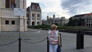 Magányosan tüntet az Orbán-kormány ellen a 83 éves néni