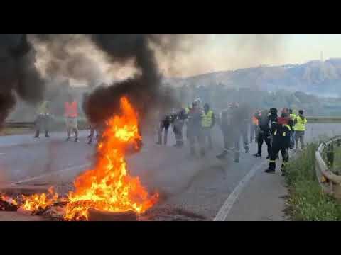 Barricada a las puertas de Alcoa en protesta por el cierre