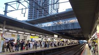 南武線ホームの頭上で十字交差する東急東横線武蔵小杉駅を出発する下り西武6000系