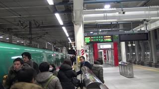夜の八戸駅に停車中の東北新幹線上りE5系はやぶさ