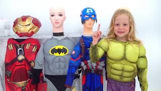 Stacy veste los fatos de super-herói е salva sua papá