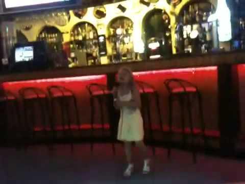 Irina fait son Karaoke a Albufeira Algarve 2010
