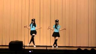 とある高校の送別会で、とある女子高生が歌と踊りのパフォーマンスを披...