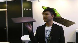 Китаец крутит ноутбук на пальце