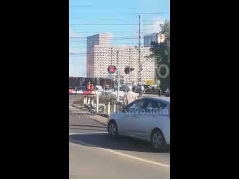 Большой пассажирский автобус #Мострансавто сломался и потерял ход прям на железнодорожном переезде