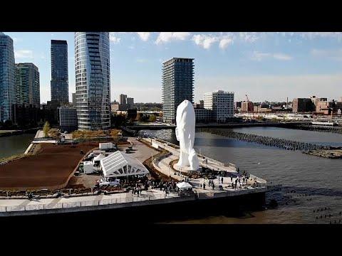 شاهد: تمثال عملاق لـ-إسكات المارة- في نيوجيرسي