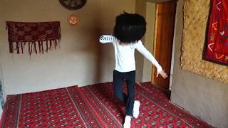 Uzbek lezginka dance in. Узбек танцует в лезгинку. ХОРАЗМЛИК ЛЕЗГИНКАНИ КОЙИЛЛАТДИ