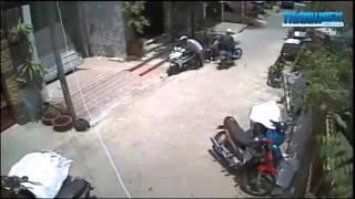 Video  Cận cảnh 2 thanh niên bẻ khóa trộm xe máy [Ringtek] Lắp Đặt Camera