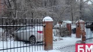 Пьяная женщина за рулем снесла на чужой иномарке школьный забор
