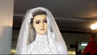 Манекен или чучело  мексиканцы 87 лет спорят, кто стоит в витрине свадебного магазина