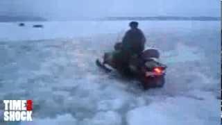 Утонул снегоход Буран(Куча народу тонет на снегоходах. Не проще приобрести аэролодку или свп? Один придурок поехал по воде на..., 2014-01-05T09:48:42.000Z)