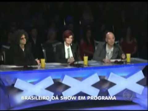 Brasileiro se destaca e emociona em programa de talentos nos Estados Unidos.