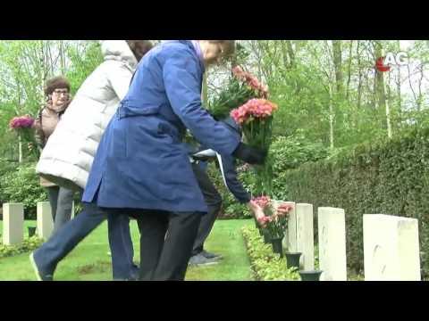В Голландской деревне каждая семья купила по букету на кладбище советским солдатам