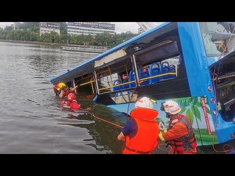 Çin'de öğrencileri taşıyan otobüs yoldan çıkıp göle düştü: 21 ölü