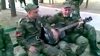 Парень играет на гитаре! героин и нефть