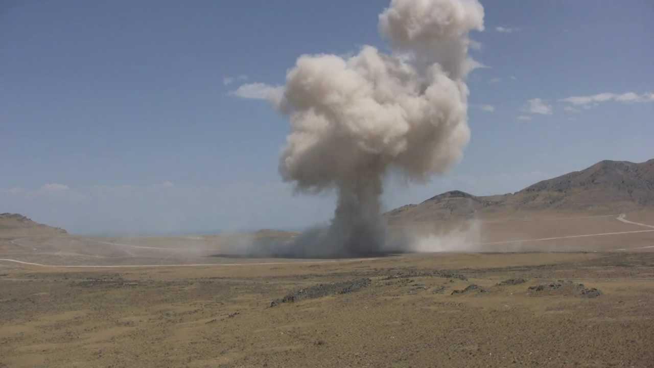 これが水素爆弾の力だ!!時間差で来る爆発音に発狂する男達…