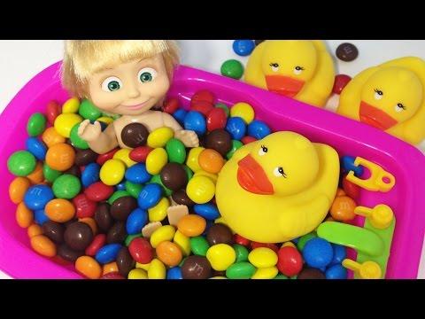 Кукла Маша купается в ванной с конфетами ммдмс. Учим цвета вместе с Машей и медведь. Видео для детей