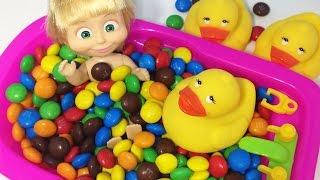 Кукла Маша купается в ванной с конфетами ммдмс. Учим цвета вместе с Машей и медведь. Видео для детей(Кукла маша из мультика маша и медведь купается в ванной с конфетами ммдемс Купаться в ярких конфетах очень..., 2016-08-15T07:25:32.000Z)