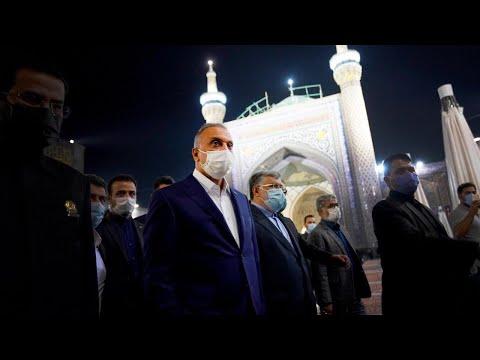 رئيس مجلس الوزراء السيد مصطفى الكاظمي يؤدي مراسم زيارة ضريح الامام الرضا عليه السلام