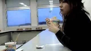 新発売のミルクシーフードヌードルを食べてみました。